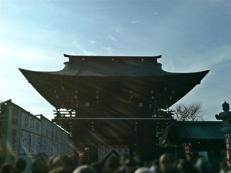 宮地嶽神社の楼門を本殿側から撮影した写真