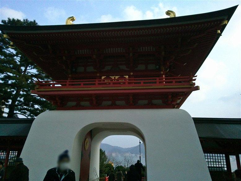 赤間神宮水天門を本殿側から撮影した写真