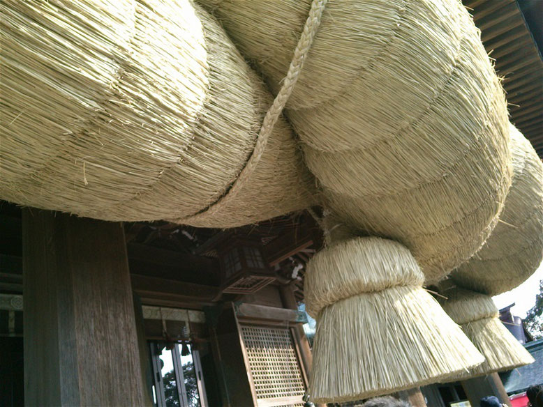 宮地嶽神社拝殿の大しめ縄の写真