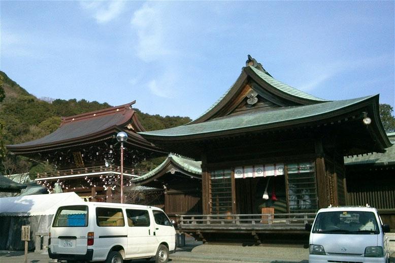 宮地嶽神社楼門と大鈴堂の写真