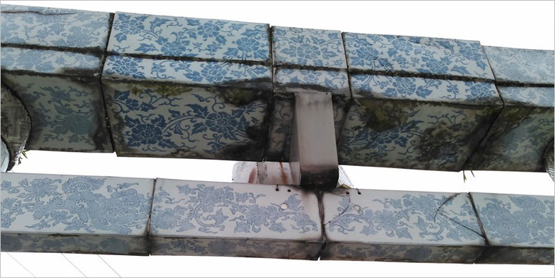 陶山神社磁器製鳥居の扁額部分の写真(拝殿側より撮影)