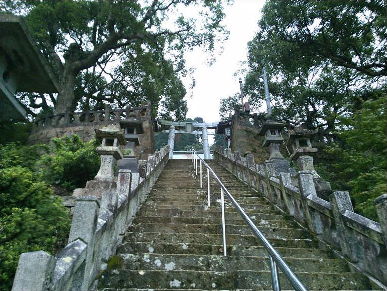 陶山神社参道の石段の写真(2013年撮影)