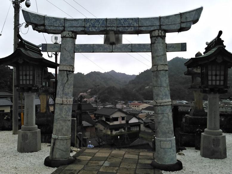 陶山神社磁器製鳥居の写真(拝殿側より撮影)