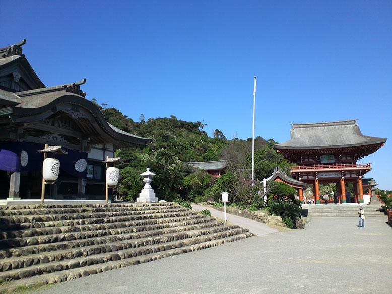 鵜戸神宮儀式殿と楼門の写真