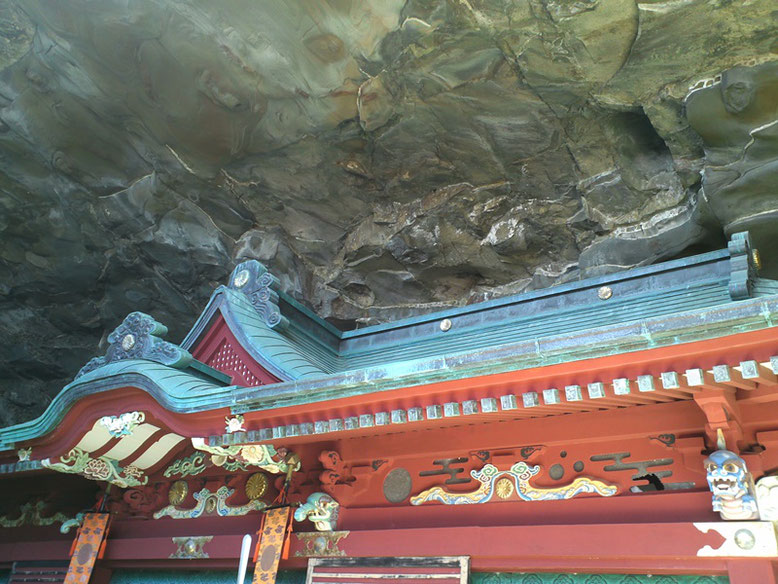 鵜戸神宮本殿の写真。上部に象と麒麟の彫刻あり。