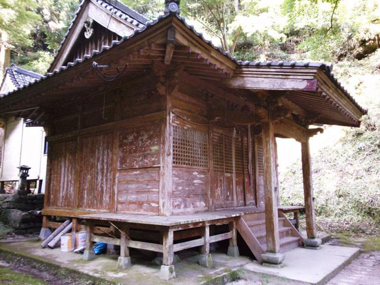 後鳥羽神社拝殿と本殿の写真