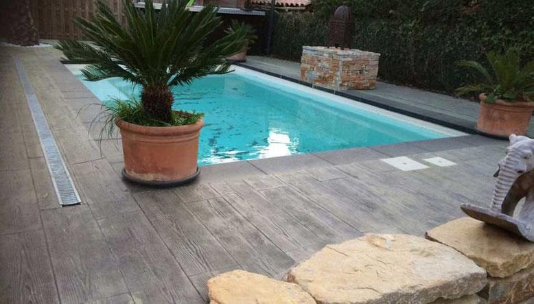 hormigón impreso alrededor su piscina