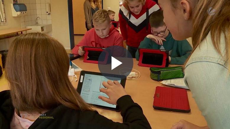 Quelle: https://www.sat1regional.de/digitale-vorzeigeschule-fuenftklaessler-aus-stecknitz-mit-tablets-ausgestattet/