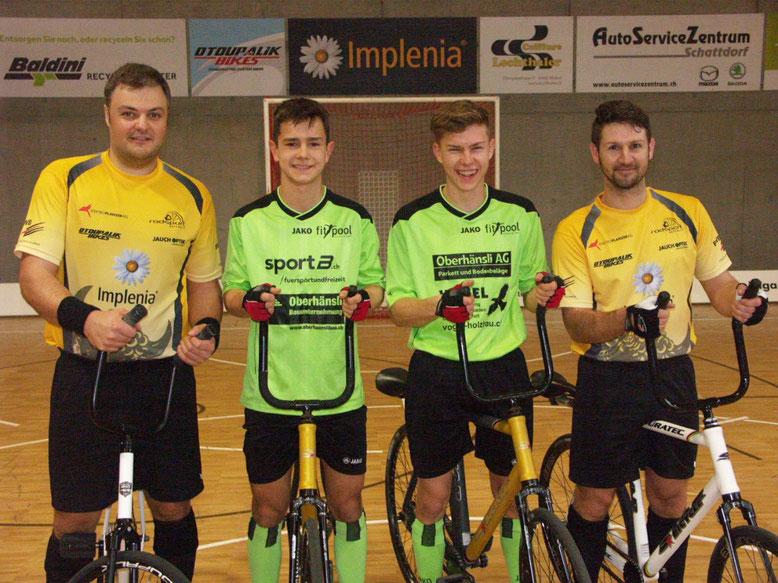 Gruppenfoto vor dem 1. Spiel mit dem letzten Schweizer Radballweltmeister Roman Scheider ( 2012 ) und Paul Looser ( 2002 ) vom RC Altdorf