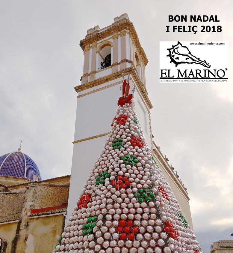 """El """"Ecoarbre de Nadal 2017"""" con material reciclado. Junto a la iglesia de l'Assumpció de Dénia."""