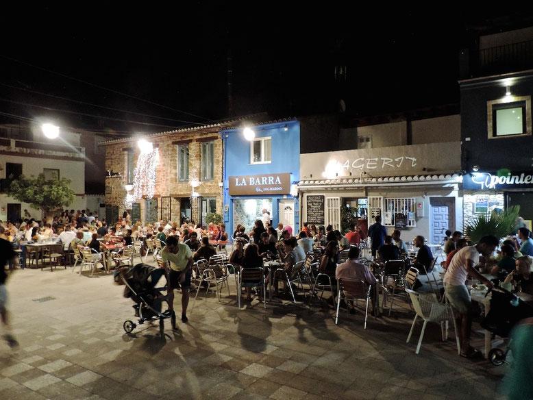 En azul, la Barra del Marino. Todo un símbolo del tapeo en la plaza de Mariana Pineda, en el barrio marinero de Baix la Mar
