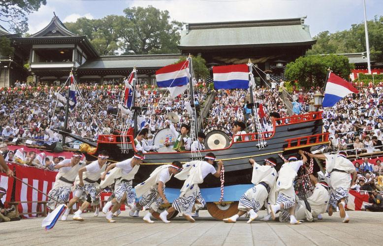年に一度の待ちに待ったオランダ船の来航でにぎわう長崎の様子を再現した「阿蘭陀船」。