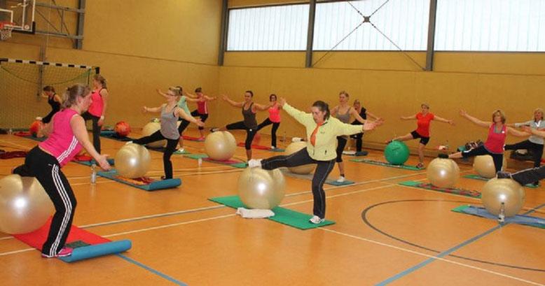 Fitness mit Übungsleiterin Alexandra Fröbus.