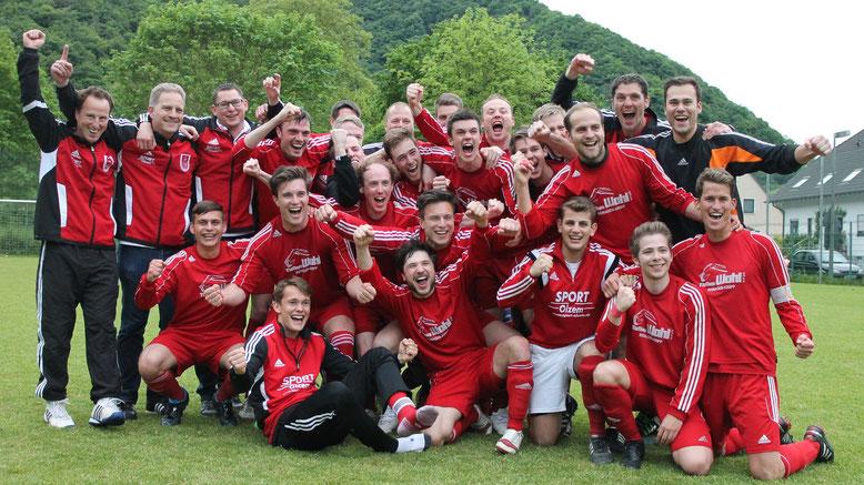 16.05.2015: Durch einen 3:0-Auswärtssieg bei der SG Bachem/Walporzheim sichert sich die 1. Mannschaft die Meisterschaft und den Aufstieg in die Kreisliga A.