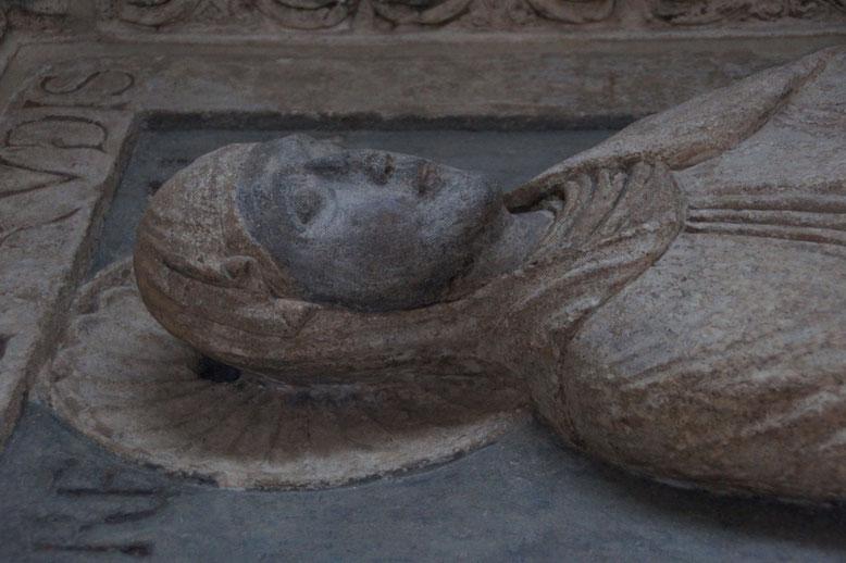 Grabplatte der Plektrud in der Kirch St. Maria im Kapitol in Köln