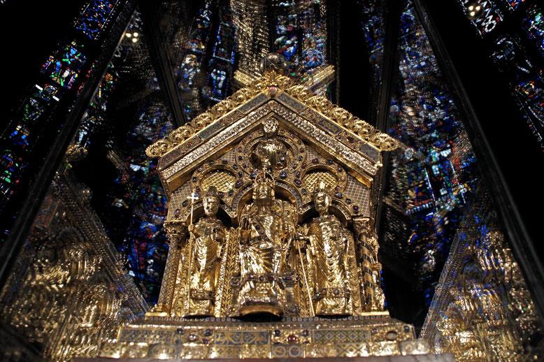 Vorderansicht Karlsschrein. In der Mitte Karl der Große, daneben Papst Leo III. und Erzbischof Turpin von Reims.