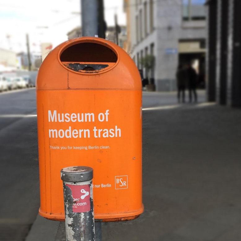 """Berliner Mülleimer mit dem Aufdruck """"Museum of modern Trash"""""""
