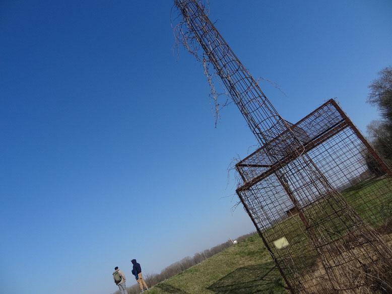 An das verhinderte Atomkraftwerk St. Pantaleon/Stein erinnert heute eine Drahtskulptur