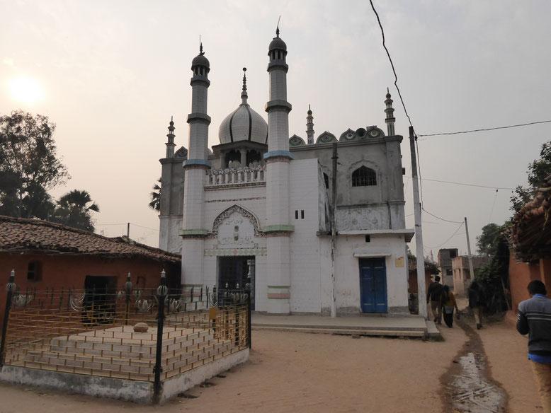 ここはムスリムの村で、レンガと牛糞でできた粗末な民家とは対照的に、モスクだけはとても立派だった。