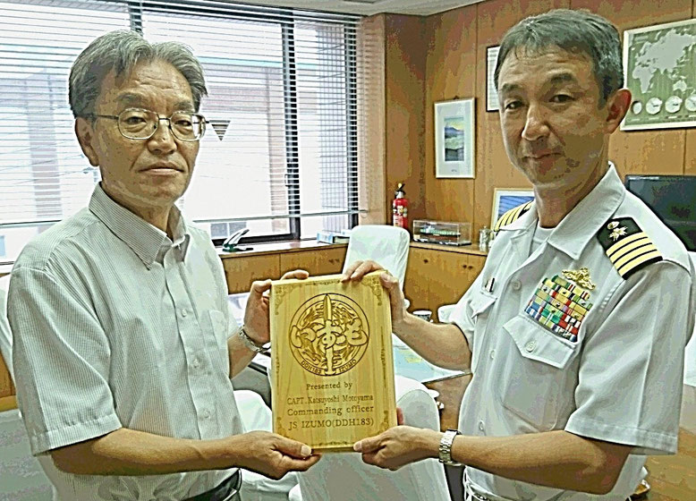 (Left) Mr. Adachi, Executive Director of Shimizu Port Authority, (Right) Capt. Katsuyoshi Motoyama, Commanding Officer JS IZUMO, JMDF