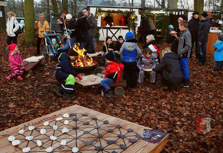 Kinder spielen Surakarta am Lagerfeuer auf dem Weihnachtsmarkt Orlamünde