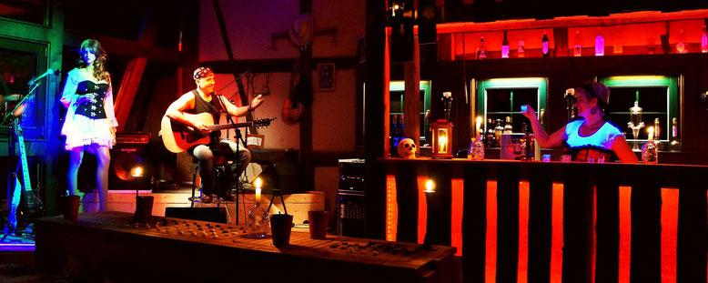 Die Bar und die Bühne in der Spelunke vom Spielmannshof Seitenroda
