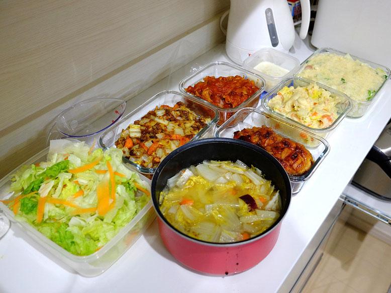 豚汁、白菜とソーセージのグラタン、白菜のドライカレー、ポークチャップ、キャベツ入りポテサラ、メイプル醤油の照り焼きチキン