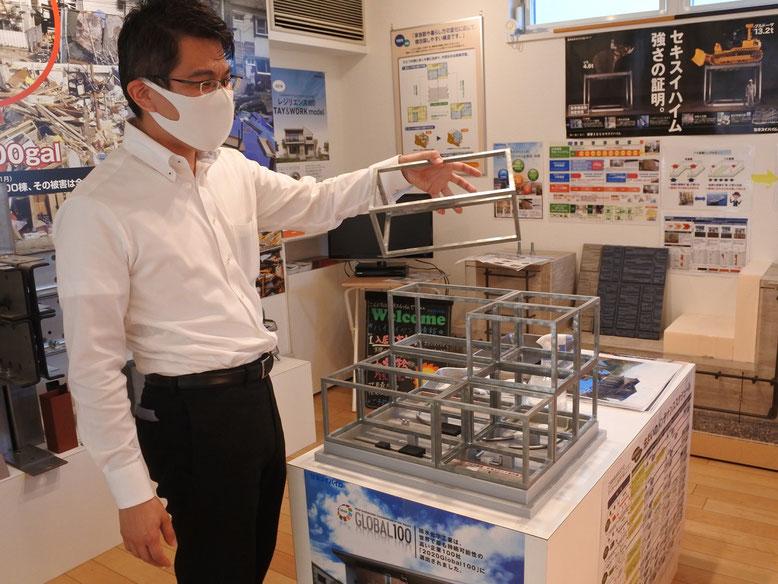 山野さんが持っているのが1ユニットの模型