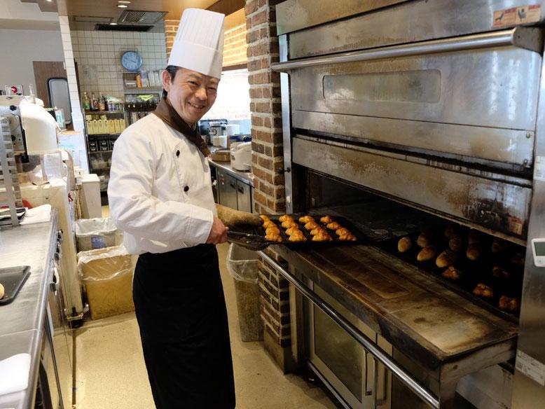 パンを焼く、同店の望月さん