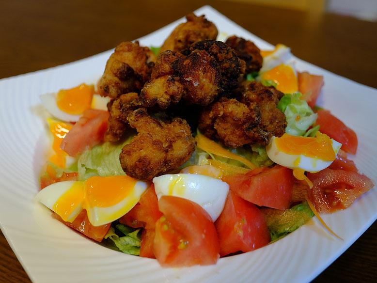 鶏の唐揚げとサラダ