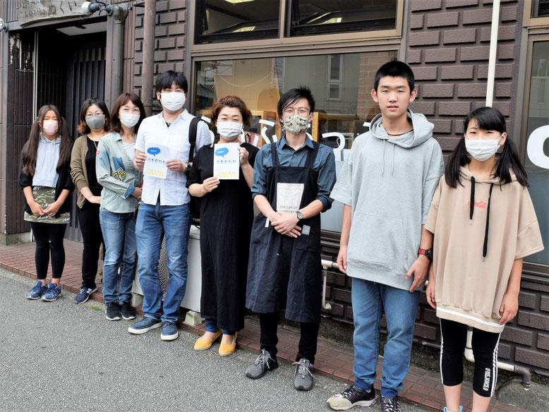 管理人の及川恵さん(右から4番目)