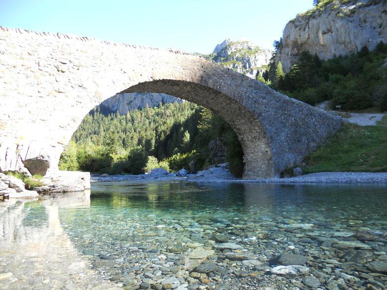 Puente románico de San Nicolás de Bujaruelo