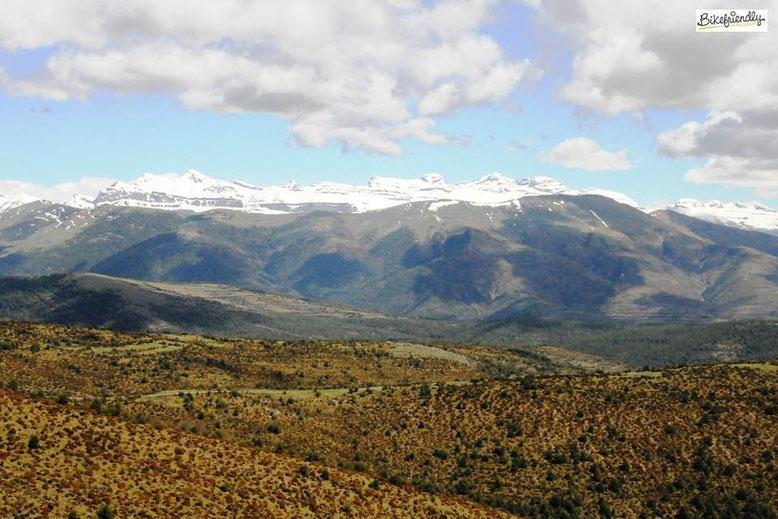 Panorámica del Pirineos desde Santa Orosia, Huesca.