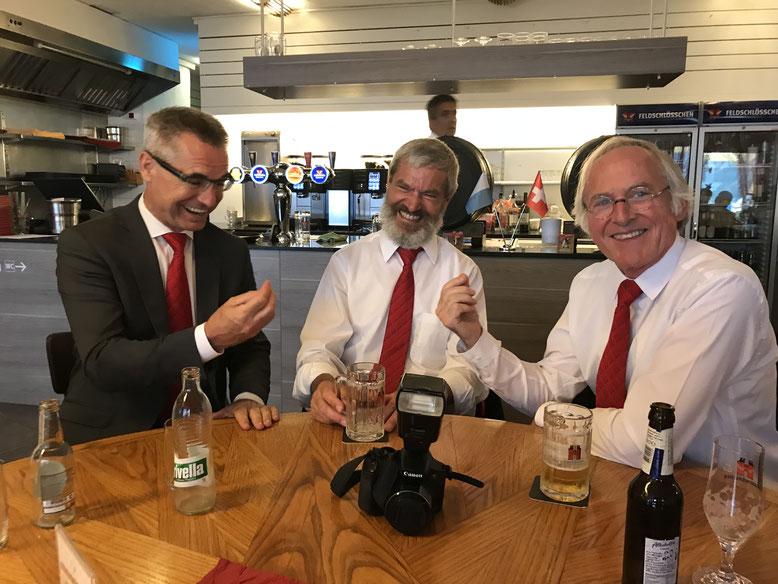 Unser Dirigent mit zwei Feldmusikanten in einer hitzigen Diskussion. Der Spass kommt in unserem Verein nie zu kurz.