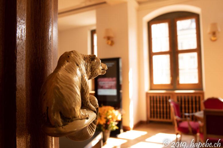 Der Bär wacht über die Parlamentarier im Ratshaus...
