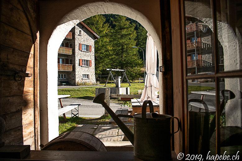 Blick durchs offene Fenster des Restaurants in Cavaglia. Ein sehr spezielles und spannendes Hotel. Wer das ländlich Einfache liebt, wird begeistert sein.