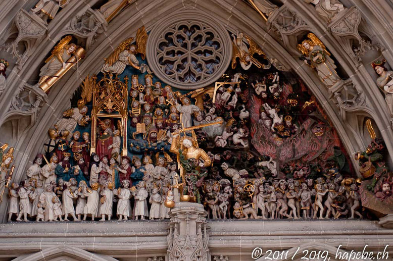 Relief am Berner Münster: Das Jüngste Gericht. Da es in Bern täglich richtet, wäre es schon ein wenig arrogant, wenn die Eidgnössischen Gerichte auch noch in der Bundeshauptstadt wären!