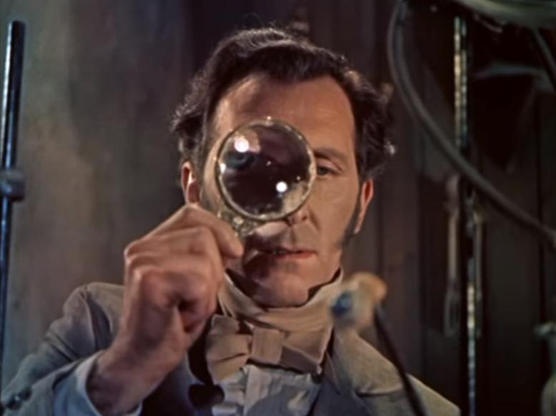 [1], The Curse Of Frankenstein (1957) trailer - Peter Cushing with magnifying glass, als gemeinfrei gekennzeichnet, Details auf Wikimedia Commons
