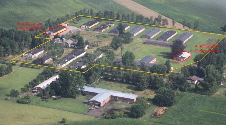 Schrägluftaufnahme des Gedenkstättengeländes (gelb umrandet). Links und rechts sind die beiden Ausstellungsgebäude zu erkennen. Foto: J. Kempe, 24.7.2009