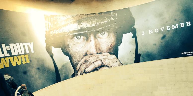 Der offizielle Release-Termin zu Call of Duty WW2 wird auf der Plakatwand gezeigt. Bilderquelle: Maxime Chao/Twitter