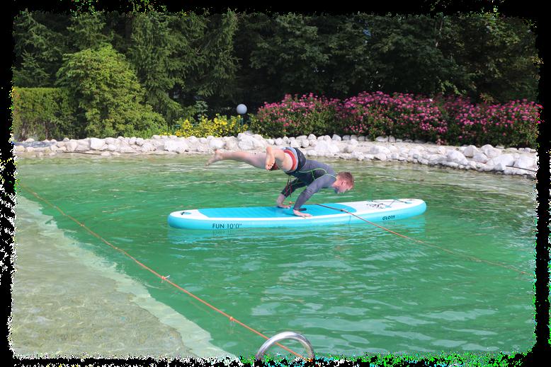 Straddle Planche, Stützwaage gegrätscht auf einem stand up paddle board (SUP) auf einem Teich