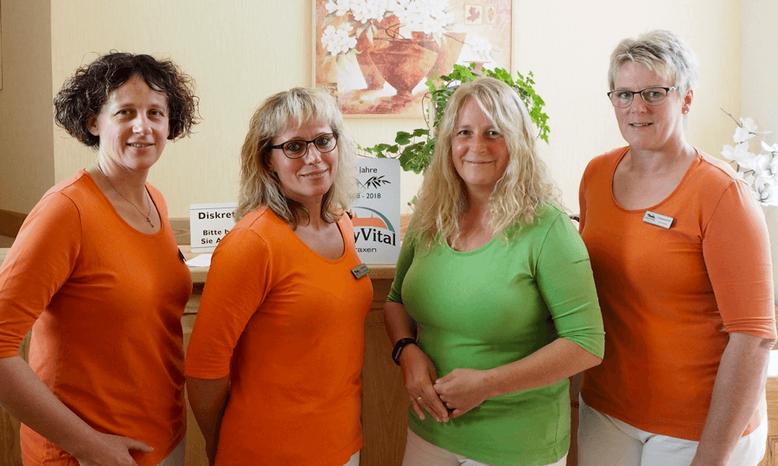 v.l.: Doreen Huth (Praxisassistentin, Diabetes-Assistentin DDG, Ernährungsberaterin DGE), Schwester Anke Krause (Arzthelferin, VERAH-Hausbesuchstätigkeit), Angela Kind (Ärztin), Beate Eisfeld (Praxisassistentin)