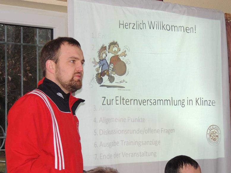 Roland Schmidt, Jugendwart und Spieler der 1. Mannschaft der SG Klinze Ribbensdorf begrüßt die Anwesenden.