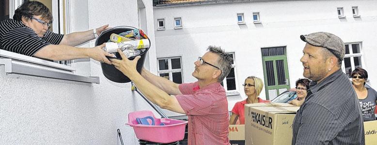 Abordnung der K.A.K - Gemeinschaft bei der Übergabe der Hilfsgüter in Fischbeck