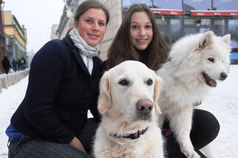 Egona Zīverta foto  Kristīne Balcere (no kreisās) ar Hēru un Amanda Griniece ar Dakotu ir kanisterapijas komanda, kas ir gatava darbam.