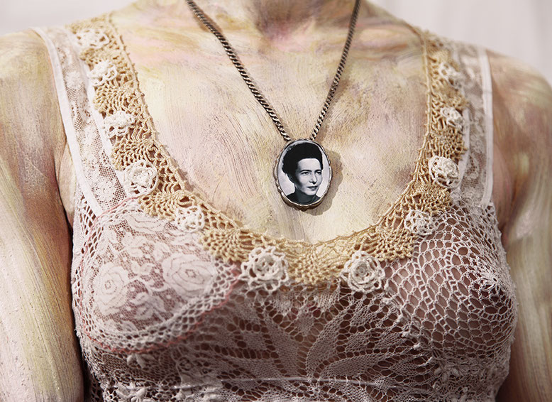 SABINE DEHNEL - Mona V (Simone de Beauvoir)