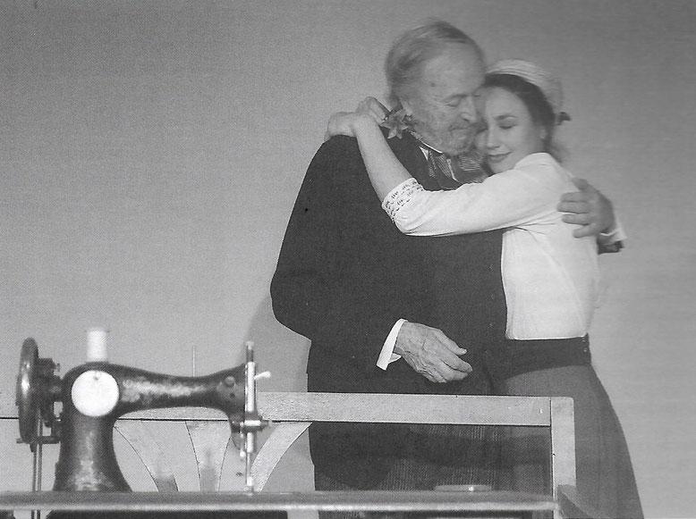 .Dieses Foto aus der ´Liebelei´, unserer ersten Schnitzler-Aufführung der SOMMERSPIELE SCHLOSS HUNYADI, war ein Teil der herausragenden Kritik in der Londoner Theaterzeitung PLAYS INTERNATIONAL. Es zeigt Kerstin Raunig mit Johannes Kaiser.