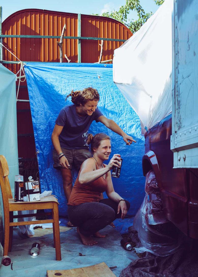 Annalena mit einem guten Freund am lackieren mit Sprühdosen der Karosserie