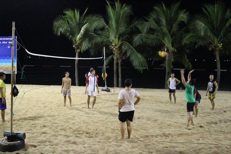 タイのお釜さん達は、ビーチバレーが大好きだ。プレイは男だが、声は裏声なのが面白い。ここでもジグザグ。