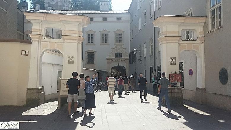 Salzburg St. Peter, Haupteingang gegenüber dem Südportal der Franziskanerkirche